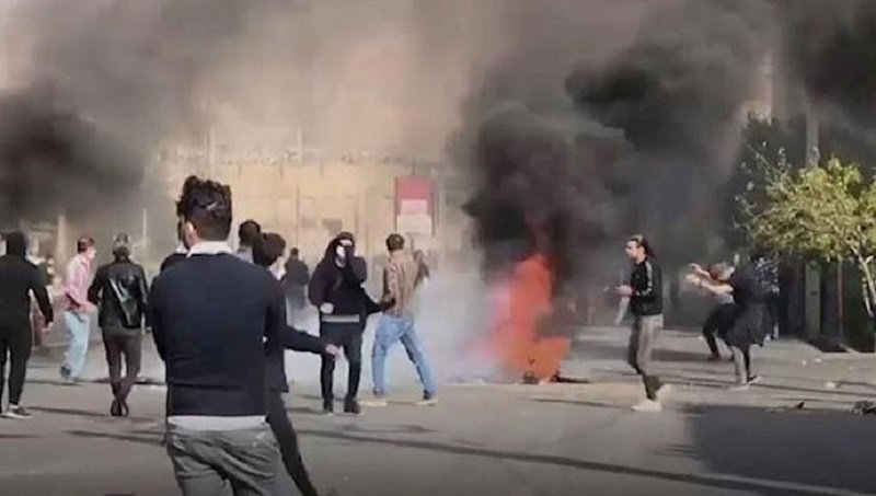 Despite the heavy presence of security forces in different Iranian cities and widespread efforts by the Iranian regime to intimidate the public and prevent further demonstrations, people in several cities continue to take to the streets to protest the government's corruption.