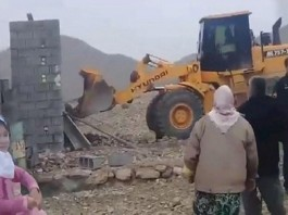 The Iranian regime's agents destroy the primitive shelters of poor people.